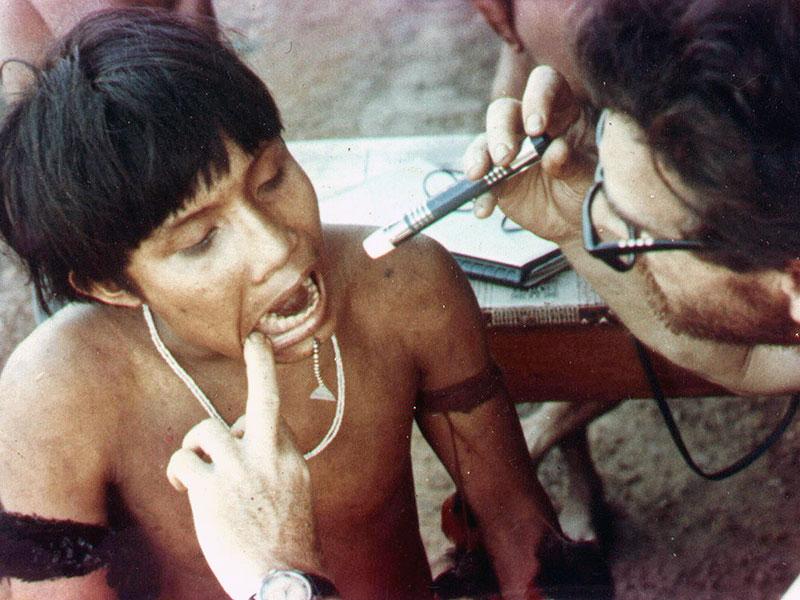 Dr. Cléber Bidegain Pereira examina jovem Yanomami (1971)