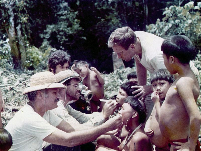 Autores do estudo examinam e fotografam jovens Yanomami (1971)