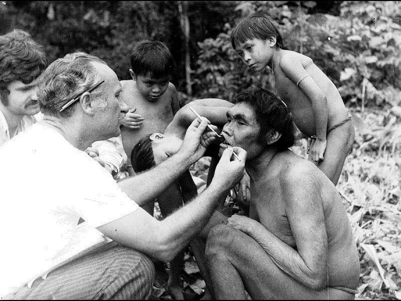 Autores examinam e fotografam Yanomami (1971)